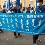 2020年10月3日(土)、東京・日比谷で開催された中国共産党政権に反対する集会で、南モンゴルの参加者約100人がスローガンを叫びながら行進している。中国政府は、2020年9月の新学期開始を前に、内モンゴルでのモンゴル語の教科書に代わり、中国語の新しい国定教科書の使用を学校に求めています。1966年の文化大革命以降、内モンゴル自治区のモンゴル系住民に対する弾圧が相次いでいる。UPI