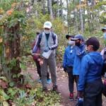 森林ボランティアガイドから説明を受ける参加者