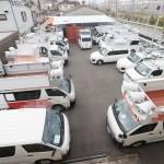 衆院選に向けて選挙カーの準備作業が進むレンタル会社の車庫=12日午後、大阪府大東市(一部画像処理しています)