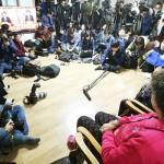 28日、ソウルで、慰安婦問題での合意に関する日韓外相会見のニュースに見入る元慰安婦の女性(右)(EPA=時事)