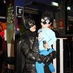 バットマンのコスチュームに身を包む親子
