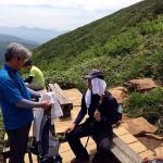 休憩所で休む登山者たち
