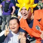 ドラゴンボールのキャラクターに扮(ふん)した男性の隣で満面の笑みを浮かべる参加者