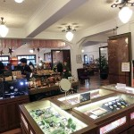 林百貨店の売り場。アンティークで日本の昭和時代が蘇り、商品もユニーク