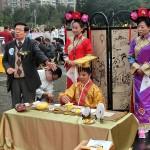 平和茶話会で茶の歴史や茶芸について説明する台湾茶の専門家 (3)