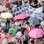 7月1日、真の普通選挙実現を求める民主化デモで民主派のデモ参加者は透明性のある選挙案を政府が提示することを求める垂れ幕を持って歩いた