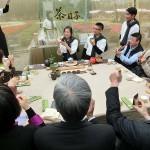 台北市内で行われた平和茶話会でお台湾茶を一服して記念撮影する人々