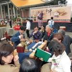 台北市内で行われた平和茶話会で茶会を楽しむ人々。壇上には呂秀蓮元副総統らが挨拶した