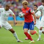 アルジェリア選手たちに囲まれ奮闘するソン・フンミン