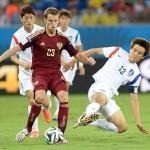 ロシアのゴムバロフのボールを奪う韓国代表グジャチョル