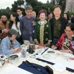 台北市内で行われた平和茶話会では絵画作品の制作も。呂秀蓮元副総統(中央)らが作品を見て回った (2)