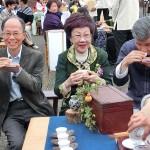 台北市内で行われた平和茶話会で茶会を楽しむ呂秀蓮元副総統(中央)ら (2)
