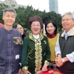 台北市内で行われた平和茶話会で茶会を見て回る呂秀蓮元副総統(中央)ら