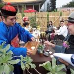 台北市内で行われた平和茶話会で台湾茶を楽しむ人々