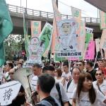 7月1日、真の普通選挙実施を求める民主化デモで中国政府が発表した一国二制度白書に反対するプラカードを持つ参加者たち