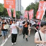 7月1日、完全普通選挙を求める民主化デモに参加する香港の学生組織メンバーら。2日朝まで金融街のセントラル(中環)で座り込みデモを続けた