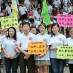 7月1日、香港島湾仔(ワンチャイ)の中国返還17周年の祝賀イベントでセントラル占拠計画に反対するプラカードを持つ人々