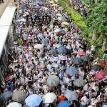 7月1日、真の普通選挙実施を求める民主化デモでは時折、土砂降りの雨が降り、傘をさす人も