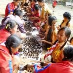 バリ島の参加者も加わって行われた草の種が入った粘土団子作り