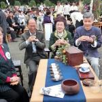 台北市内で行われた平和茶話会で茶会を楽しむ呂秀蓮元副総統(中央)ら