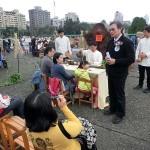 淡江大学の翁明賢国際事務戦略研究所長が台湾茶について参加者に解説している