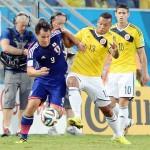 コロンビアの選手と競り合う岡崎選手