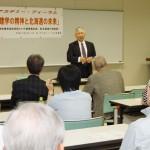 アカデミーフォーラム懇談会で講演する佐伯浩・北海道大学前総長=6月27日、札幌市