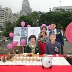 茶会に出展したブライダル企業のスペースで記念撮影する呂秀蓮元副総統(中央)ら