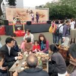台北市内で行われた平和茶話会で茶会を楽しむ人々。壇上には呂秀蓮元副総統らが挨拶した (2)