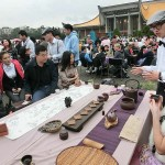 台北市内で行われた平和茶話会でお茶の説明を受けながら台湾茶を一服して楽しむ人々