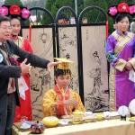 台湾の民謡を太鼓でたたきながら歌う女性の声を聞きながら台湾茶を一服する人たち