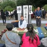 台北市内で行われた平和茶話会で禅と茶道の説明を受けながら台湾茶を一服して楽しむ人々