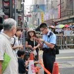 旺角(モンコック)のデモ現場で日本人観光客に道を教える香港の警官