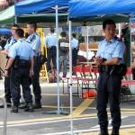 デモ現場を見守る香港の警察官