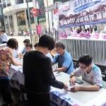 香港中心部のセントラル(中環)ではデモ撤収のために警官を支持する署名活動が親中派団体によって展開され、183万件の署名が集まった