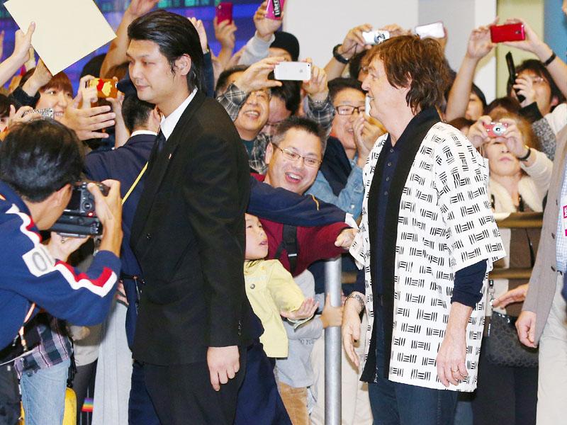 11年ぶりに来日し、約1000人のファンの歓迎を受けるポール・マッカートニーさん(手前右)=9日夜、関西国際空港