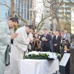 大相撲の白鵬、日馬富士の2横綱ら神戸で献花