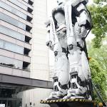 巨大ロボが霞ヶ関の警視庁本部前に登場