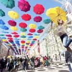 500本の傘のアート、空を見上げるとウキウキ