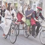 自転車に乗ってパレードする人々、何者?